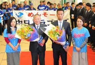 歓迎式で花束を受け取る福田永将選手会長(右から2人目)、矢野博也球団社長(同3人目)=北谷町役場