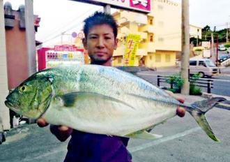 海野海岸で68.3センチ、3.43キロのオニヒラアジを釣った崎浜秀也さん=5月29日