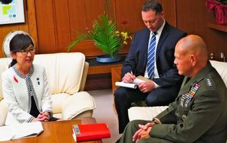 ネラー米海兵隊総司令官(右)に年内の米軍北部訓練場一部返還に向け協力を求める稲田防衛相(左)=日、防衛省