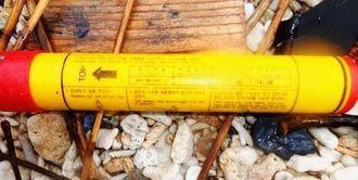 国頭村宜名真の海岸で発見された照明弾。ハングル文字が確認できる=1月21日、国頭村宜名真(国頭漁業協同組合提供)