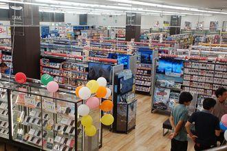 1階には中古ゲームや携帯電話、ゲーム体験コーナーが並ぶ
