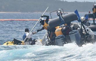 抗議のカヌーを確保する海上保安庁のゴムボート=2015年6月5日午前11時10分、名護市辺野古沖