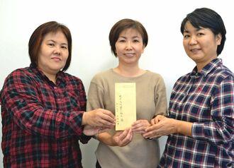 前原高校43期生の(右から)高江洲みゆきさん、宮平イサノさん、勝連洋子さん=10日、沖縄タイムス中部支社