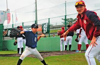 楽天の久保裕也投手(右)の熱血指導を受ける安村強投手=16日、久米島野球場