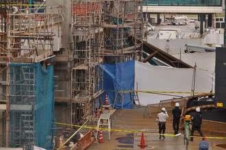 事故現場を検証する捜査員ら=30日午前10時ごろ、那覇空港内