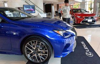 タイムスビル1階エントランスに展示されたトヨタの高級ブランド「レクサス」=5日、那覇市久茂地