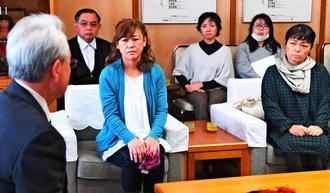 県庁に富川盛武副知事(左)を訪ね、保育園上空で米軍機を飛行させないよう要請する保護者ら=11日午後