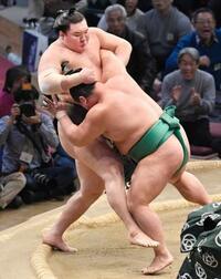 九州場所11日目、白鵬に初黒星 平幕2人は2敗守る