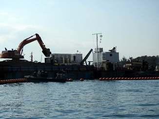 「K9」護岸では、ショベルカーを使って台船から土砂を積み替える作業が確認された=25日午前9時15分ごろ、名護市辺野古