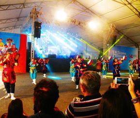 「沖縄祭り」特設会場で披露されたエイサー太鼓に会場は盛り上がった=ブラジル