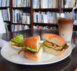 「エビアボカドベーグル」とコーヒーで作った氷が浮かぶ「豆乳ダブルカフェオレ」