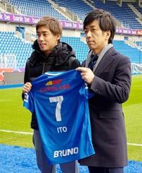 サッカーのベルギー1部リーグ、ゲンクの本拠地で入団記者会見し、記念撮影に応じる伊東純也(左)=ゲンク(共同)