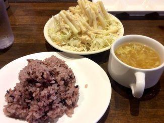 食べ放題のサラダ・ご飯・スープ。セルフサービスで