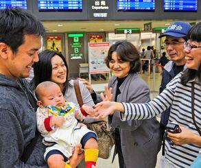 「また沖縄に来てね」「いろいろありがとうございました」と話しながら、別れを惜しむ家族連れ=3日午後3時ごろ、那覇空港