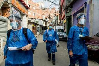 低所得者向けの検査でサンパウロの市街地を回る医療従事者=11日(AP=共同)