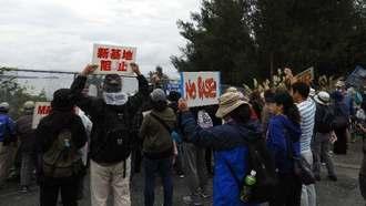 海上のカヌーチームを激励し、工事に抗議する市民ら=7日午前9時20分すぎ、名護市辺野古・米軍キャンプシュワブ第3ゲート前