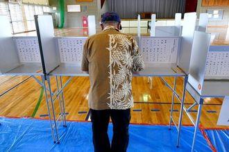 投票する男性=6月5日