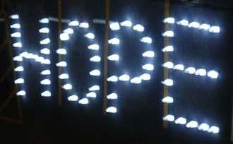 電飾67個で「HOPE」の文字が浮かび上がった=10月27日、豊見城市