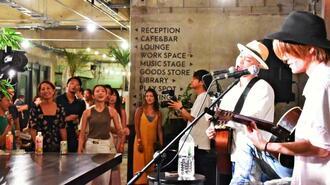 「アンマー」を歌うかりゆし58の前川真悟さんと来場者=8月28日、国頭村辺土名