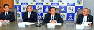 全日本男子の合宿受け入れを発表する県バレーボール協会の翁長良成会長(左から2人目)、桑江朝千夫市長(左から3人目)ら=沖縄市役所