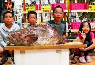 南城市の百名沖で新垣泰一さんが釣った1メートル、17.6キロのアーラミーバイ。写真右から2人目は長男の青志朗君=23日