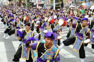 国際通りを埋め尽くし、勇壮な演武を繰り広げた一万人のエイサー踊り隊=7日、那覇市(喜屋武綾菜撮影)