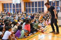周囲に反対されても「夢を追い掛けて」経験伝える MASAマジックin北谷・北玉小学校