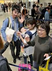 正月を沖縄で過ごし別れを惜しむ家族ら=3日午前、那覇空港