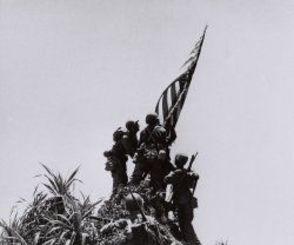 <沖縄戦>星条旗を掲げる米兵