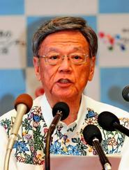定例記者会見で発表事項を述べる翁長雄志知事=25日午前、県庁