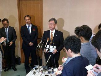 那覇空港で記者会見する沖縄県の翁長知事