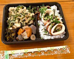 ふく乃屋が提供する「北海真イカの照り焼き弁当」。タレの染みこんだご飯とイカの相性は抜群だ=25日、うるま市・ふく乃屋
