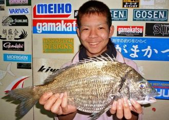 8日、南風漁港で41.2センチ1.36キロのチヌを釣った長浜大樹さん。餌はオキアミ