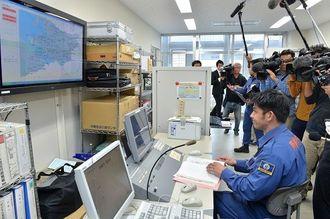 全国瞬時警報システム(Jアラート)の訓練で、那覇市内の情報伝達状況を確認する職員=5日午前、那覇市役所