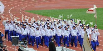 開会式で全国のトップを切って入場する県選手団=12日午後、長崎県立総合運動公園陸上競技場(金城健太撮影)