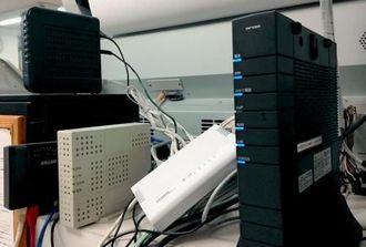 インターネット回線で結ばれたシステム機器=18日、浦添市内の設計事務所