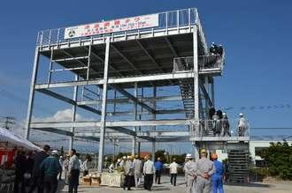 災害時の避難場所として完成した拓南製鐵の「津波避難タワー」=29日、沖縄市海邦町・拓南製鐵新中城工場内