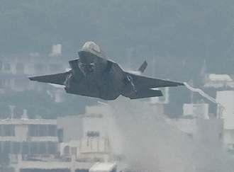 爆音を響かせて離陸するF35戦闘機=4月11日午後4時45分、米軍普天間飛行場