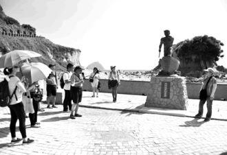 2・28事件のフィールドワークで和平島を訪れた参加者=5日、台湾基隆市