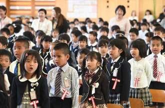 入学式で元気よく歌を歌う新1年生=10日午前、沖縄市立高原小学校