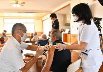 ワクチン接種を受ける高齢者施設の入所者ら=12日午後、宮古島市下地来間(代表撮影)