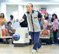 「奇跡に近い」ボウリング場支配人も憧れる 沖縄の103歳ボウラー・前原信光さんは国内最高齢