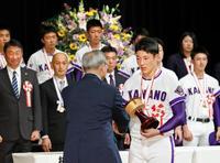 金足農野球部に県民栄誉章、秋田 甲子園準優勝で