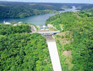 (資料写真)貯水率が100%を超え、オーバーフロー(越流)する沖縄県最大の水がめ・福地ダム=2021年6月、東村(小型無人機で下地広也撮影)