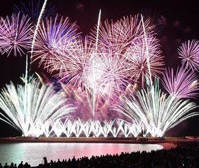 音楽と調和した1万発の花火が夜空を彩った琉球海炎祭=8日、宜野湾海浜公園(下地広也撮影)
