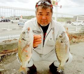 中城海岸で46.8センチ、1.42キロのチヌなどを釣った友江剛さん=5日
