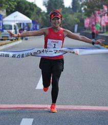 女子100キロを8時間29分8秒で制した山澤洋子=下地公園(国吉聡志撮影)