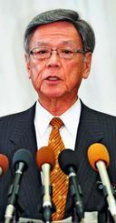 辺野古海上工事に関し報道陣の取材に応じる翁長雄志知事=7日午後、県庁