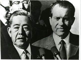 ワシントンで佐藤首相とニクソン米大統領の日米首脳によって発表された日米共同声明で沖縄の施政権が米国から日本に移されることになった=1969年11月
