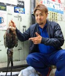 志喜屋漁港で2・34キロのクブシミを釣った宮城優人さん=11月29日